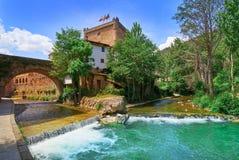 Rio Quiviesa Deva de Potes uma Espanha da vila de Cantábria foto de stock royalty free