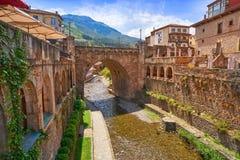 Rio Quiviesa Deva de Potes uma Espanha da vila de Cantábria fotos de stock royalty free