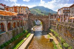 Rio Quiviesa Deva de Potes uma Espanha da vila de Cantábria imagem de stock