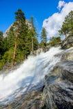 Rio rápido da montanha em um dia ensolarado Fotos de Stock