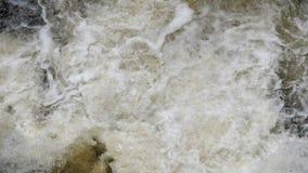 Rio Raging que corre para baixo, carregado com sedimento devido ao deforstation no marco decisivo vídeos de arquivo