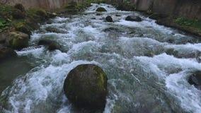 Rio rochoso rápido que flui em montanhas caucasianos em Kutaisi, curso a Geórgia video estoque