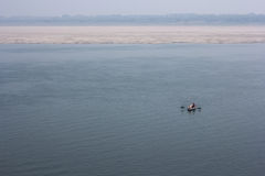 Rio santamente de Ganga com um bote em Varanasi Fotografia de Stock