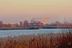 Rio Scheldt do alon da construção da autoridade portuária em Antuérpia imagem de stock