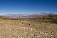 Rio seco e montanha distante Fotografia de Stock Royalty Free