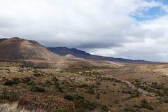 Rio seco que conduz às montanhas na maneira a Fraserburg Fotografia de Stock