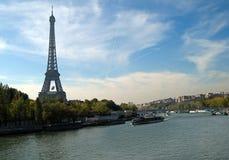 Rio Seine e torre Eiffel Fotos de Stock Royalty Free
