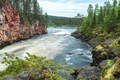 Rio selvagem que flui em Lapland, Finlandia fotografia de stock