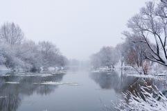 Rio Snow-covered do inverno Fotos de Stock