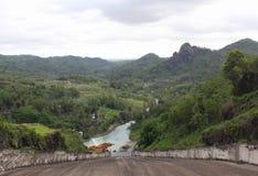 Rio sob a montanha fotografia de stock royalty free