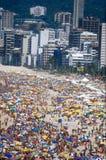 Rio-Strand u. Regenschirme während des Karnevals Stockfotos
