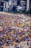 Rio-Strand u. Regenschirme während des Karnevals Lizenzfreies Stockfoto