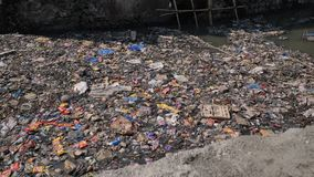 Rio sujo em prec?rios de Dharavi Mumbai India filme
