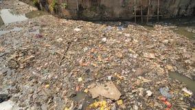 Rio sujo em prec?rios de Dharavi Mumbai India video estoque