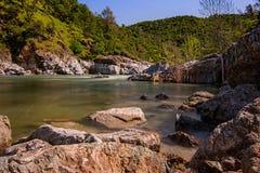 Rio sul de Yuba em Califórnia, parque estadual, em uma manhã do sprimg Imagem de Stock Royalty Free