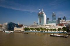 Rio Tamisa e construções da cidade FO Londres (Grâ Bretanha) Fotos de Stock Royalty Free