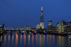 Rio Tamisa, ponte da torre e o estilhaço, Londres na noite Imagens de Stock Royalty Free