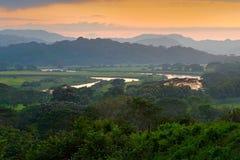 Rio Tarcoles, Carara park narodowy, Costa Rica Zmierzch w pięknym zwrotnika lasu krajobrazie Meander rzeczny Tarcoles Wzgórza z obrazy royalty free