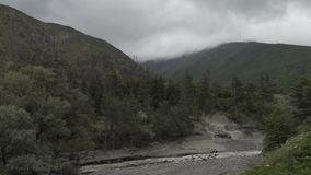 Rio Timelapse das montanhas na natureza de Geórgia do Caucasian com árvores e nuvens filme