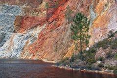 Rio Tinto-het meer van de mijnkrater dichtbij Nerva in Spanje stock afbeelding