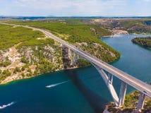rio transversal da ponte da estrada com ?gua azul Adultos novos foto de stock