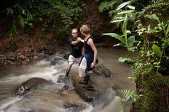 Rio transversal de ajuda de Rican da costela do homem da mulher foto de stock royalty free