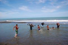 Rio transversal dos povos na costa de mar Fotografia de Stock