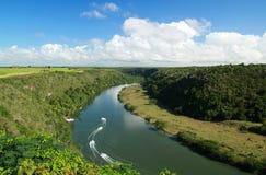 Rio tropical Chavon com barcos imagem de stock royalty free