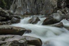 Rio turbulento perto de Ginzling, Áustria imagens de stock