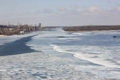 Rio urbano do inverno foto de stock