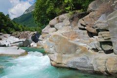Rio Verzaska da montanha em alpes do verão. Imagens de Stock