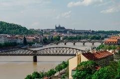 Rio Vltava com as pontes em Praga Fotografia de Stock Royalty Free