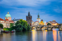 Rio Vltava no crepúsculo Praga República Checa Fotos de Stock