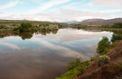 Rio Washington State Outdoors do Pend Oreille da reflexão do céu da linha costeira fotografia de stock royalty free