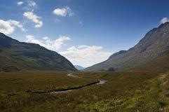 Rio widing bonito ao longo de um vale cercado por montanhas nas montanhas de Escócia, Reino Unido Imagens de Stock Royalty Free