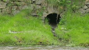 Riolering in de Rivier stock videobeelden