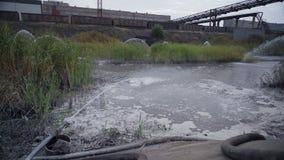 Rioleringsopslag van mijnbouw en verwerkingsinstallatie stock video
