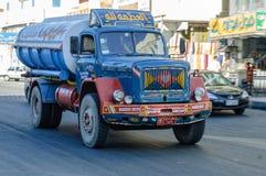 Rioleringsvrachtwagen op straat Hurghada Egypte stock afbeeldingen