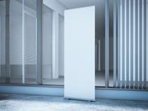 Rioll vers le haut de bannière près de bureau moderne avec de grandes fenêtres Images libres de droits