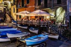 Riomaggiore有启发性街道在Cinque Terre在晚上 库存照片