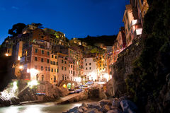 Riomaggiore in Cinque Terre bij nacht Royalty-vrije Stock Foto's