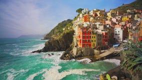 Riomaggiore in Cinque Terre, de provincie van La Spezia in het Gebied van Ligurië, noordelijk Italië stock footage