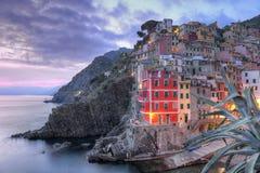 Riomaggiore, Cinque Terre, Italie a étonné au coucher du soleil Image libre de droits