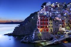 Riomaggiore i aftonen, Italien Royaltyfri Fotografi