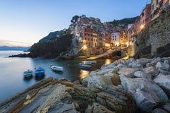 Riomaggiore Italië bij schemer Stock Foto