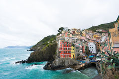 Riomaggiore, Italie - 9 avril 2016 : Aménagez la vue en parc de la ville et de l'océan après la pluie chez Riomaggiore, Cinque Te Image libre de droits
