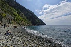 Riomaggiore Italien - April 14, 2017: En strandsikt av Riomaggiore, Riomaggiore är en av de fem berömda Cinque Terre byarna Li Arkivbild