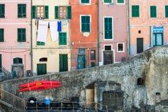 RIOMAGGIORE ITALIEN - 11, FEBRUARI Sikt av färgrika byggnader i Riomaggiore fiskares by, landskap av La Spezia Royaltyfri Foto