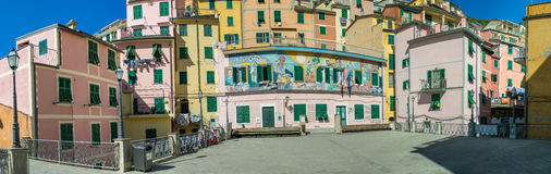 RIOMAGGIORE ITALIEN - SEPTEMBER 21, 2014: Färgrika stadsbyggnader royaltyfria bilder