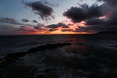 Riomaggiore, Jachthafen unter den Wellen Lizenzfreies Stockbild